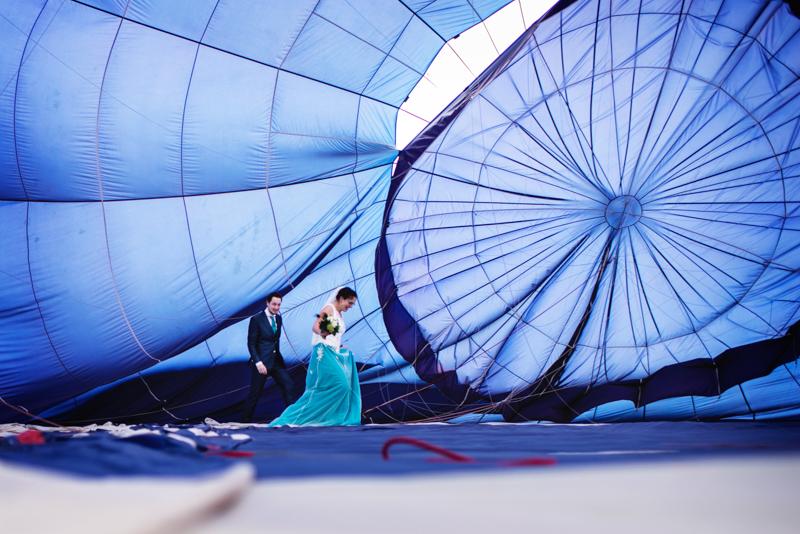 Bruidspaar binnen in een grote luchtballon