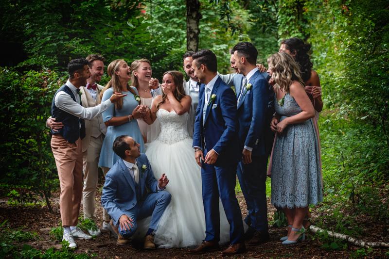 Bruid die schrok van de man naast haar die niet de bruidegom was in deze groepsfoto